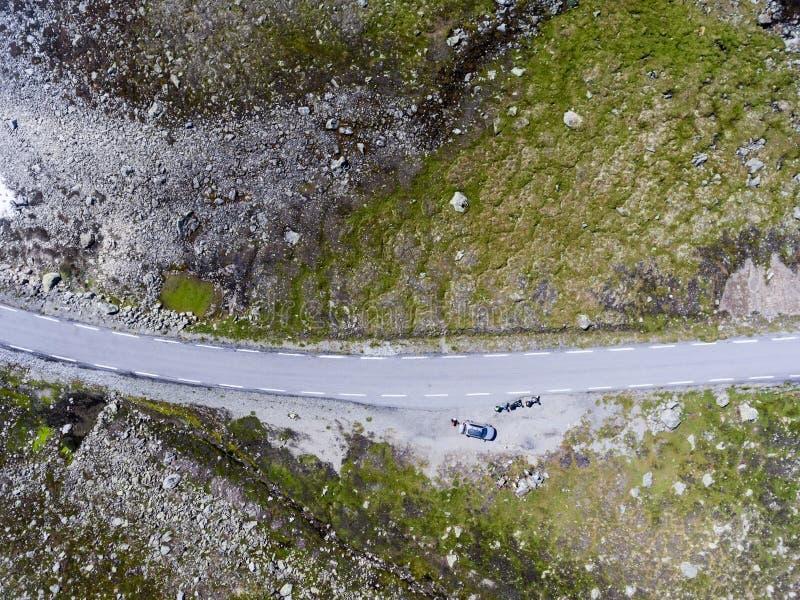 Överkänslig sikt av snövägen Aurlandsvegen med fordon som har ofrivilligt stopp under färd Norge, Skandinavien arkivfoto