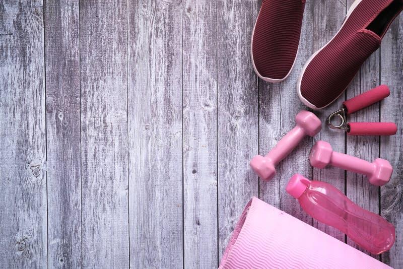 Överkänslig, sko- och träningsmatta på bordet arkivfoton