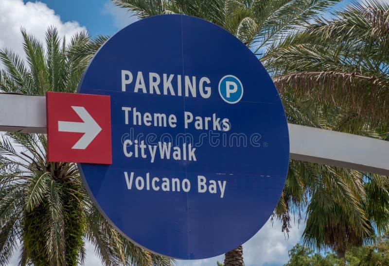 Överkänslig vy över Theme Parks, CityWalk och Volcano Bay-skylten i området Universal Studios arkivbild