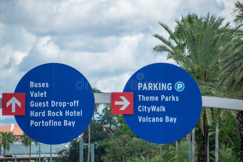 Överkänslig vy av Hotels- och Themes Parks-skylt på Universal Studios area 61 arkivfoto