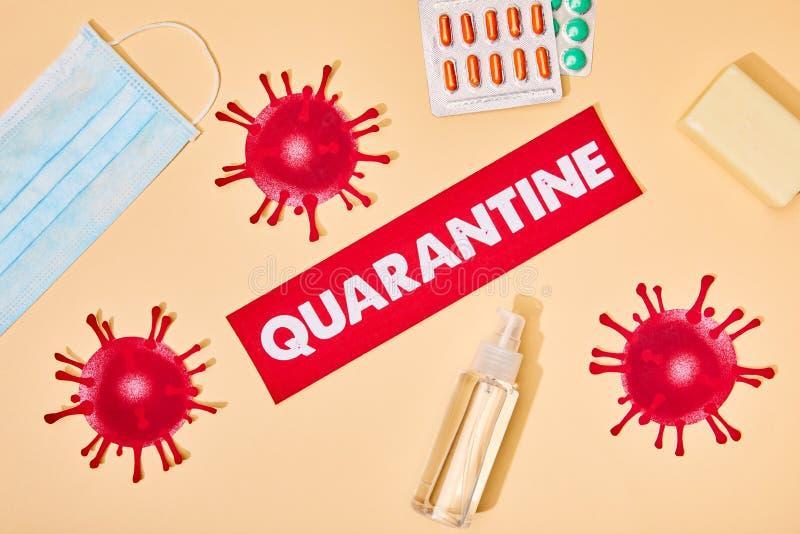 Överkänslig vy av papper med karantänbokstäver nära ritat virus, handsajter, tvålbar och mask arkivfoton