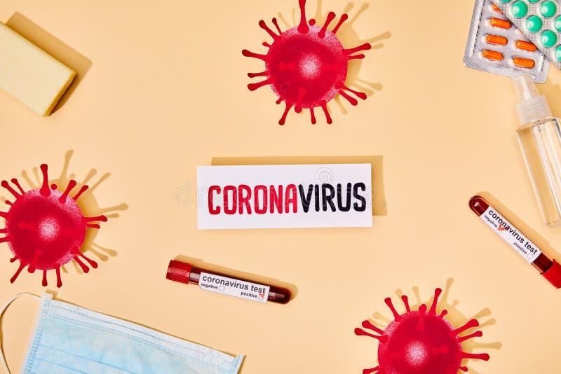 Överkänslig vy av papper med koronavirusbokstäver nära ritat virus, teströr, tvålbar, mask, tabletter och hand arkivfoton