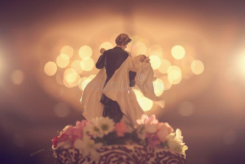 Överkant av bröllopstårtatappningblicken royaltyfria foton