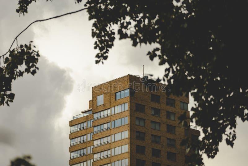 Överkant av den Vermeer Toren delftfajans i stormigt väder Stora moln som bildar runt om det royaltyfri foto