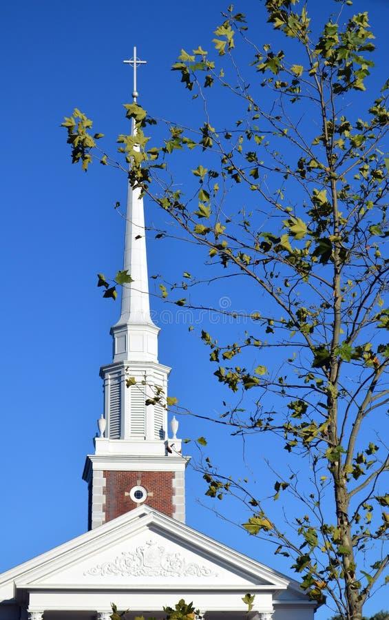 Överkant av kyrkan med arg New England lövverk royaltyfri foto