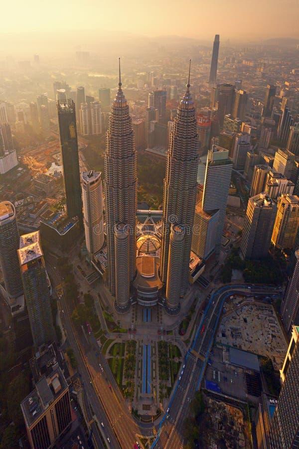 Överkant av Petronas tvillingbröder Flyg- sikt av Kuala Lumpur Downtown, Malaysia Finansiell områdes- och affärsmitt i smart royaltyfria foton