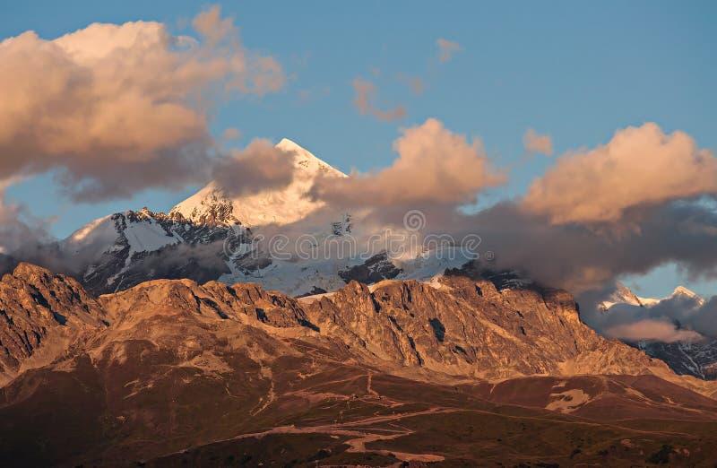 Överkant av Tetnuld på solnedgången i moln arkivfoton