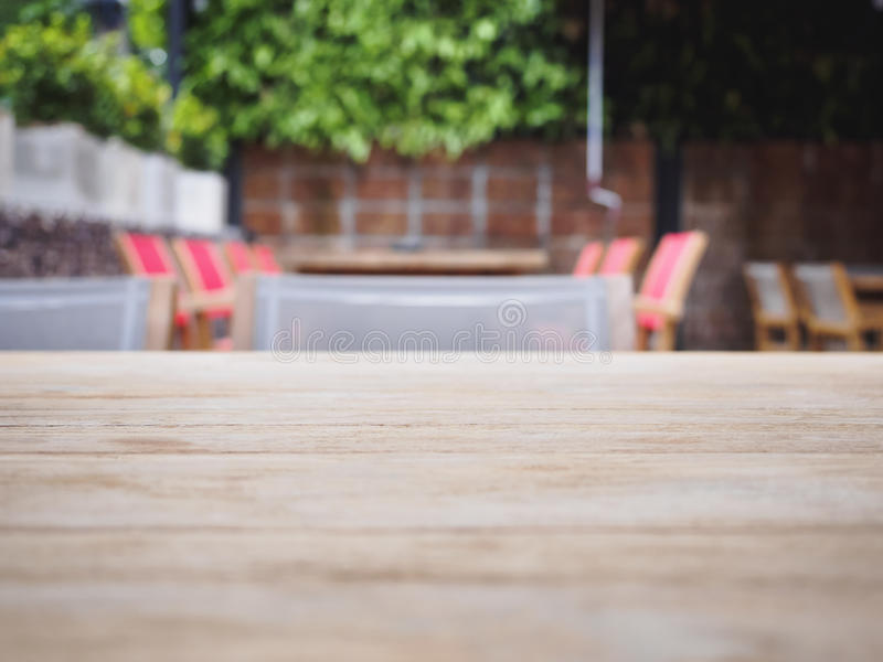 Överkant av trätabellen med suddig restaurangkafébakgrund royaltyfri foto