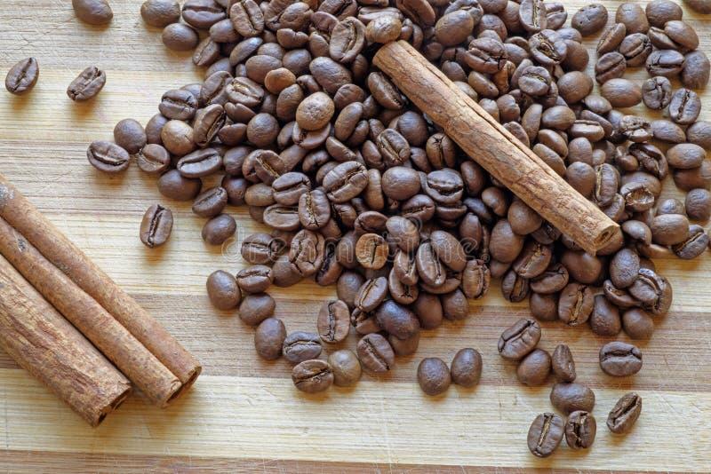 Överkant för landskap för kaffebönor och för kanelbruna pinnar diagonal arkivbilder