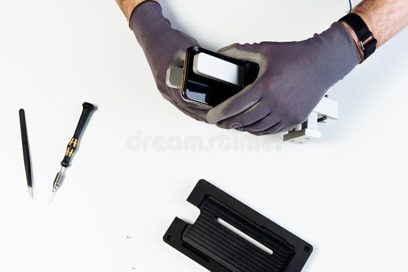Överkant för skärm för manreparationsmobiltelefon bruten ner arkivfoto