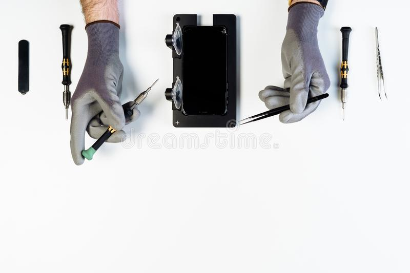 Överkant för skärm för smart telefon för manhandreparation bruten arkivbild