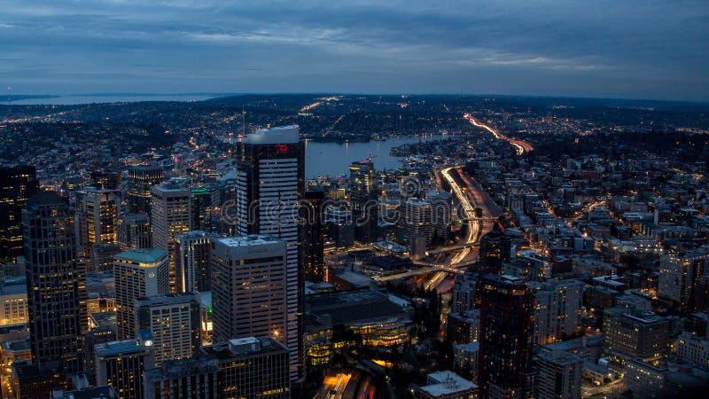 Överkant-sikt tända nattvägar i en storstad arkivbild
