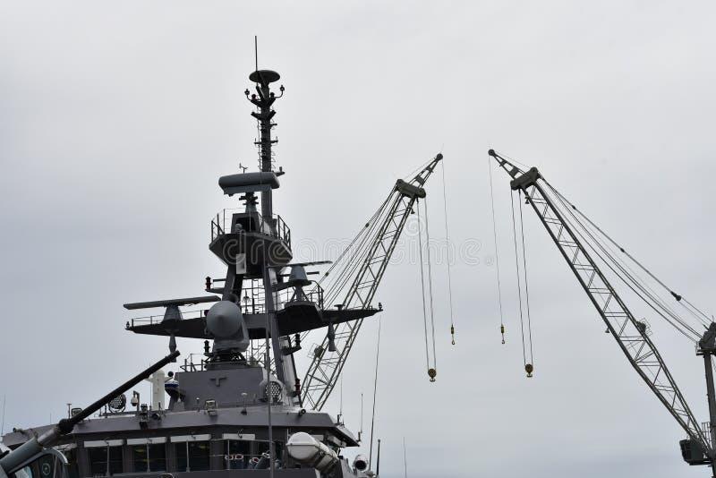 Överkanten av fartyget med stora lyftande kranar arkivfoton