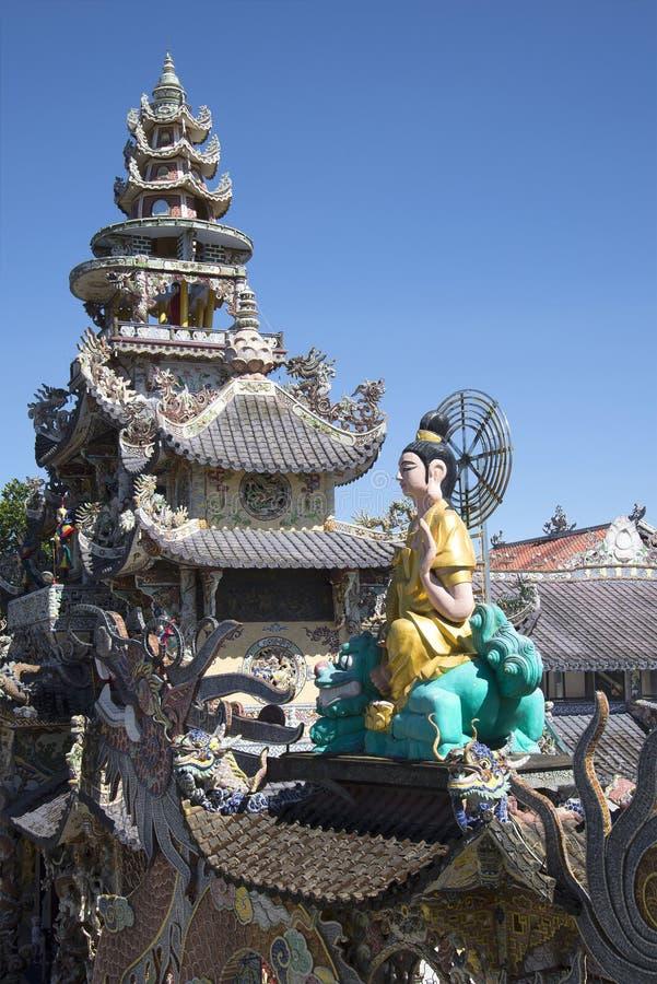 Överkanten av pagoden Linh Phuoc och skulptur av en placerad Buddha Da-Lat, Vietnam arkivbilder