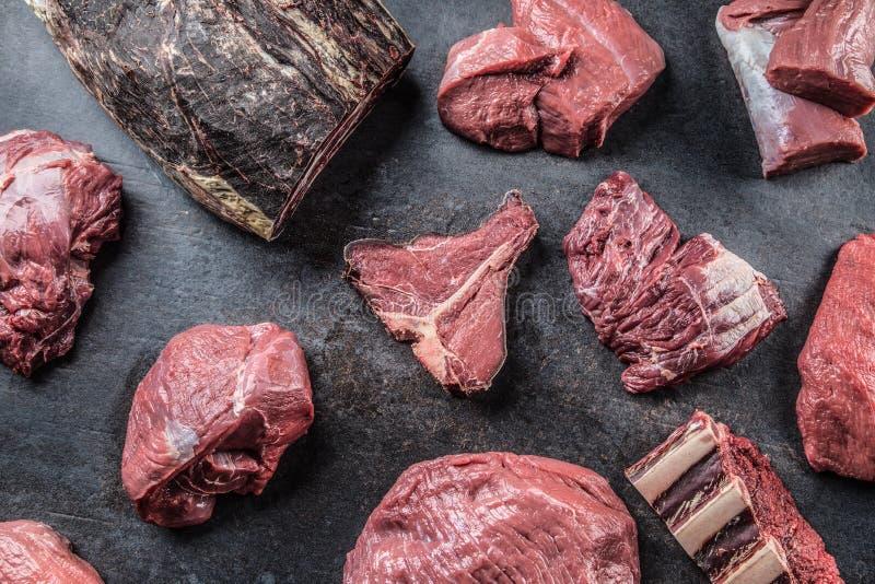 Överkanten av rått nötköttkött för sikten på en slaktare shoppar royaltyfri foto
