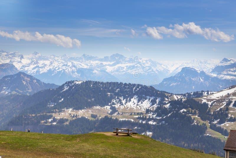 Överkanten av Rigi Kulm Luzern Schweiz med fjällängar snöar bergsikt royaltyfri fotografi