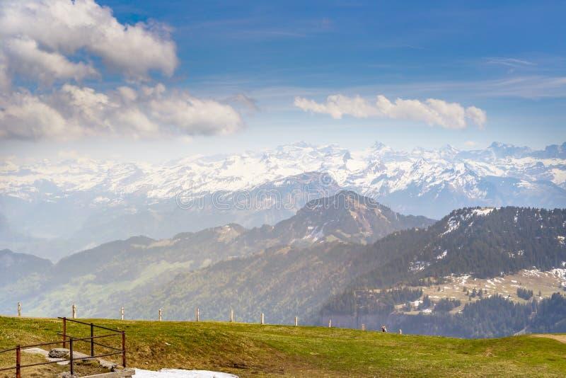 Överkanten av Rigi Kulm Luzern Schweiz med fjällängar snöar bergsikt royaltyfria foton