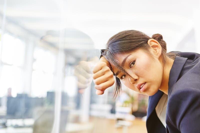 Överlastad och stressad affärskvinna arkivfoto