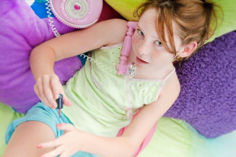 överraska barn för flickahearingnyheterna royaltyfria bilder