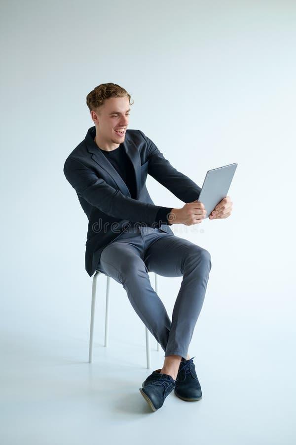 Överraska det netto begreppet för rolig njutningskratthäpnad royaltyfria foton