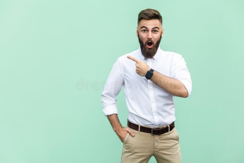Överraska! Stilig ung vuxen man med skägget, i shoked arkivfoton