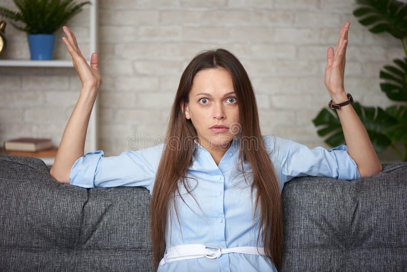 Överraskad kvinna hemma royaltyfria bilder