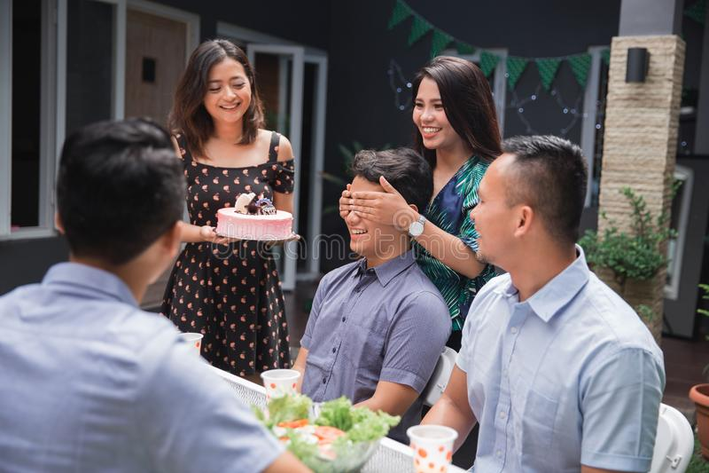 Överraskning för födelsedagparti med vänner royaltyfria bilder