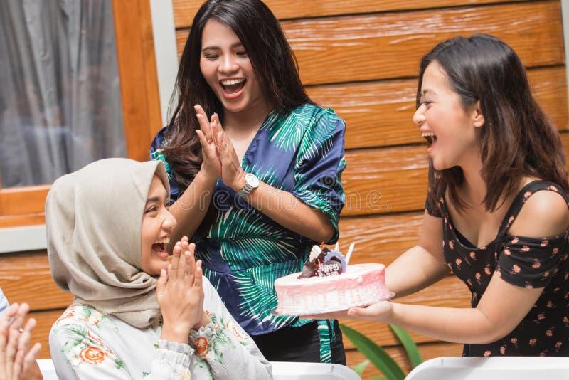 Överraskning för födelsedagparti med vänner fotografering för bildbyråer