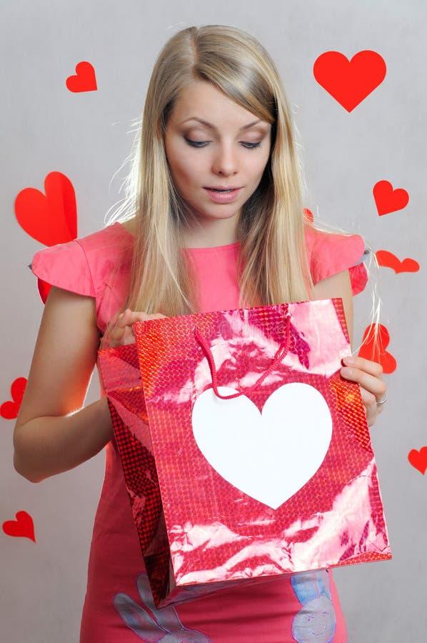 Överraskning för valentin` s, flicka med gåvapåsen royaltyfri foto