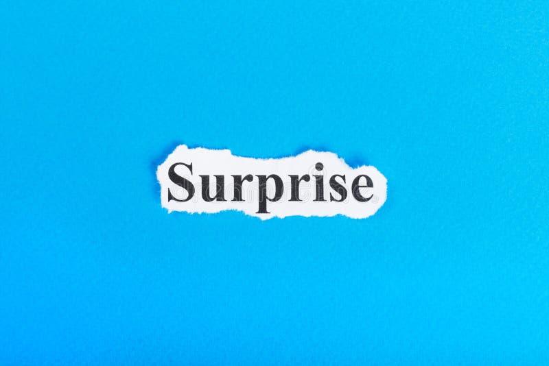 Överraskningtext på papper Ordöverraskning på sönderrivet papper text för rest för bild för com-begreppsfigurine höger plattform arkivbilder