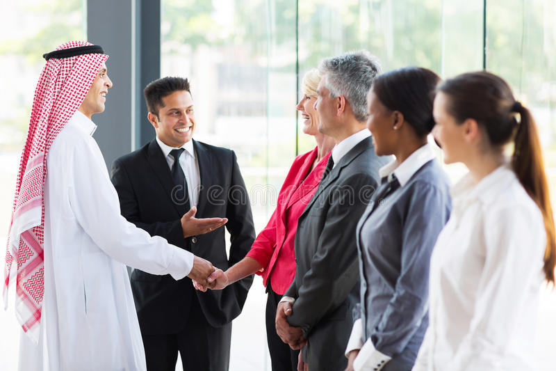 Översättare som introducerar den arabiska affärsmannen arkivbilder