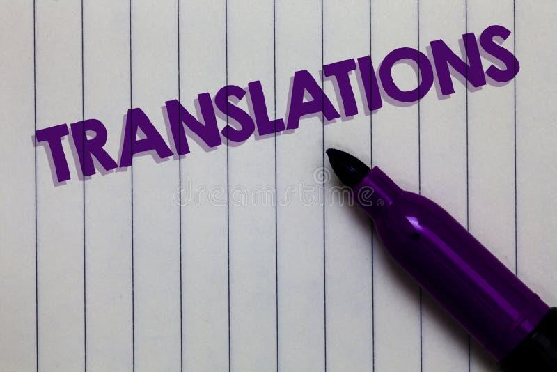 Översättningar för textteckenvisning Smsar den skriftliga eller utskrivavna processen för det begreppsmässiga fotoet av att övers royaltyfria foton
