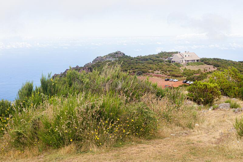 Översikt över havskusten och byn längst upp i bergen på ön Madeira, Portugal arkivbilder