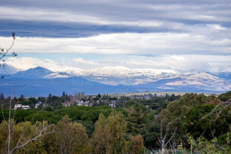 Översikt över Sierra de Madrid med snötoppen av den senaste tidens regn royaltyfri fotografi
