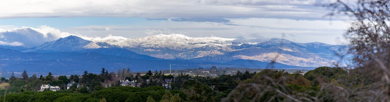 Översikt över Sierra de Madrid med snötoppen av den senaste tidens regn arkivbild