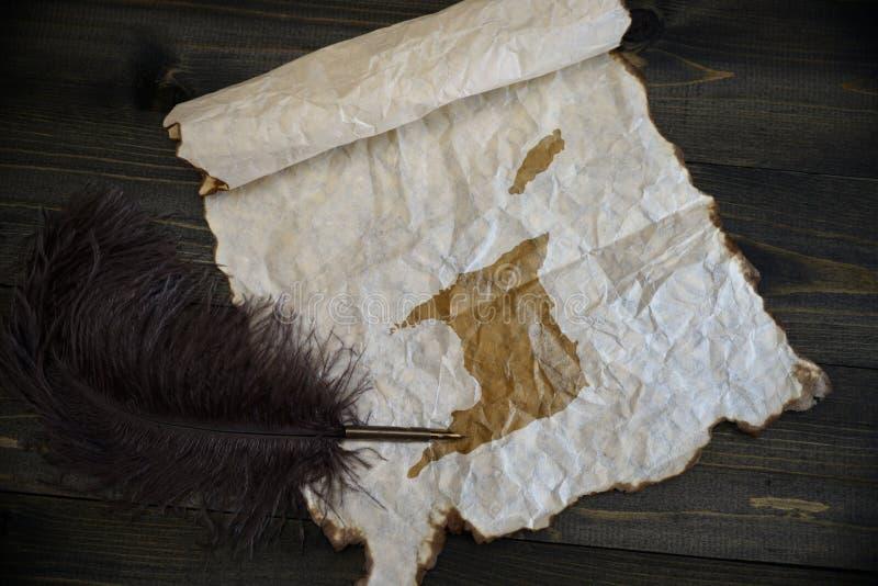 ?versikt av Trinidad och Tobago p? tappningpapper med den gamla pennan p? tr?texturskrivbordet arkivbilder