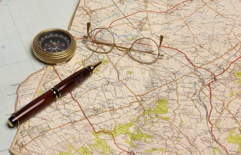 Översikt, exponeringsglas, penna och kompass - förbereda sig för en ferie eller en dagsutflykt royaltyfria bilder