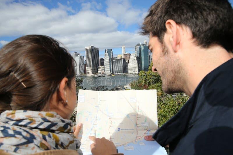 Översikt för stad för barnpar som läs- ser in mot manhattan arkivfoton