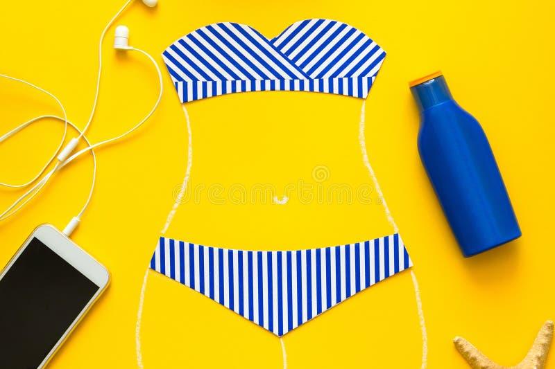 Översikter av flickan i pappers- baddräkt målade vid krita Begrepp av sommarsemestrar Top beskådar Lekmanna- lägenhet Sommarlopp, royaltyfria foton