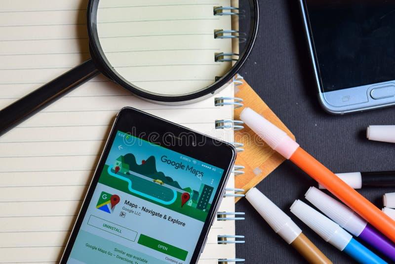 Översikter: Navigera & undersök App på den Smartphone skärmen royaltyfri bild