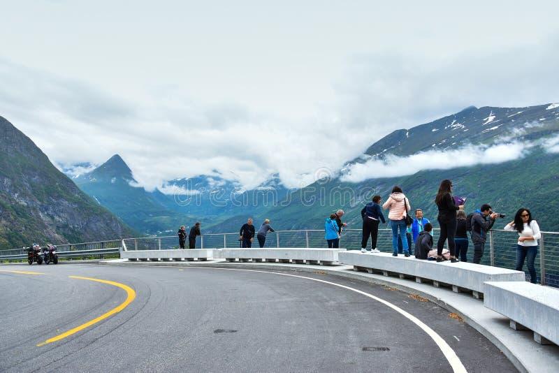 Översiktsplattform med Geirangerfjord royaltyfri fotografi