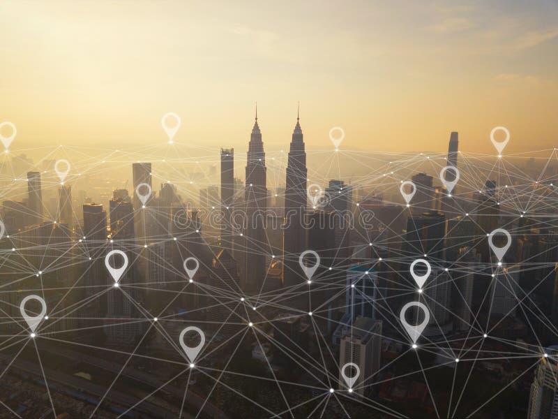 Översiktsstiftlägenhet av staden, den globala affären och nätverksanslutning i futuristiskt teknologibegrepp i Asien Skyskrapa oc royaltyfri fotografi
