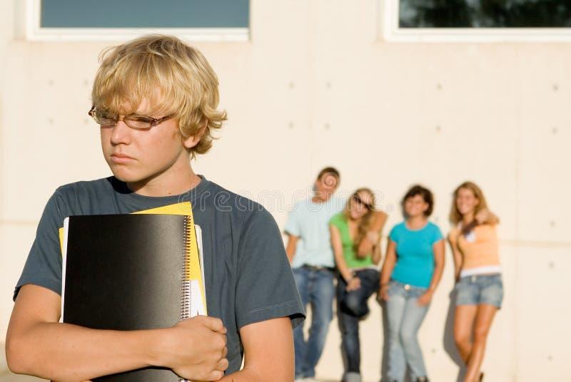 översittare lurar den ensamma skolan royaltyfri foto