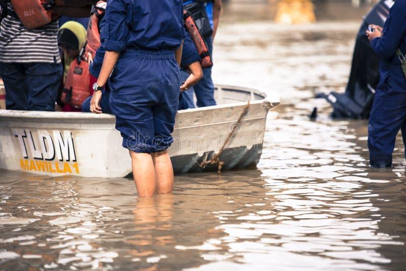 Översvämma orsakat vid den tropiska stormen nära flodstad i Malaysia royaltyfri bild