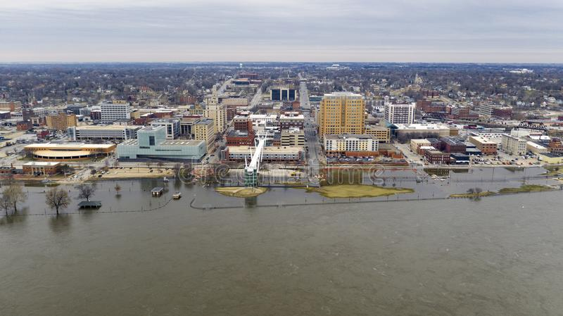 Översvämma på Mississippi den i stadens centrum stranden i Davenport Iowa royaltyfria bilder