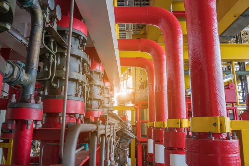Översvämma systemet av brandbekämpningsystemet för nödläge av brandfallet i frånlands- fossila bränslenplattform arkivbild