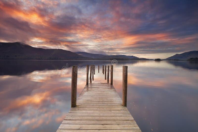 Översvämmad brygga i Derwent vatten, sjöområde, England på solnedgången royaltyfri foto