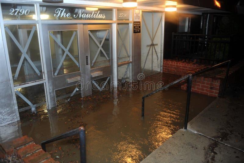 Översvämmad byggande ingång som medförs av Orkan San royaltyfri foto