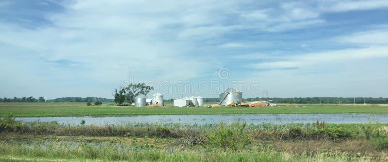 Översvämmad jordbruksmark och förstörda kornfack i Iowa längs mellanstatliga 29 royaltyfria foton