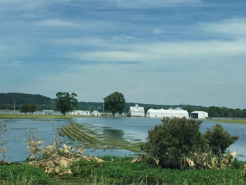 Översvämmad lantgård i Iowa längs mellanstatliga 29 arkivbild